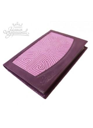 Обложка для паспорта из фиолетовой лаковой кожи и тисненого нубука