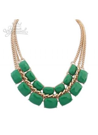 Широкое праздничное зеленое ожерелье